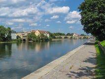 Fluss Donau in der Stadt Regensburg Lizenzfreie Stockfotos