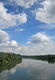 Fluss Drava u. Beautifull Himmel Stockfoto