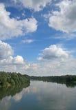 Fluss Drava u. Beautifull Himmel Stockfoto