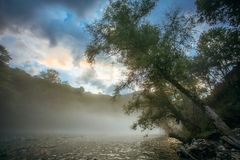 Fluss Drina mit Nebel lizenzfreie stockfotografie
