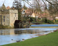 Fluss durch ein Schloss Stockfotografie