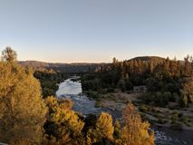 Fluss durch Hügel stockfotografie