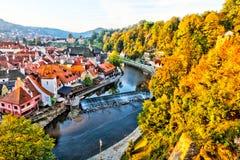 Fluss durchfließendes Cesky Krumlov, Tschechische Republik stockfotos