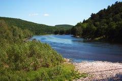 Fluss in einem Tal Lizenzfreie Stockfotografie