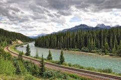 Fluss, Eisenbahn, Berge - Nationalpark Banffs Lizenzfreie Stockfotos
