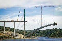 Fluss-Eisenbahnbrücke im Bau in Spanien Stockfoto