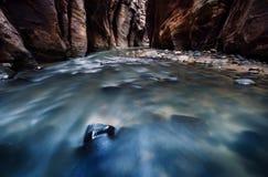 Fluss entlang die Wände Stockfotografie