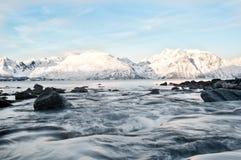 Fluss fließt in das Meer Lizenzfreie Stockfotografie
