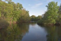 Fluss fließt ruhig, während wir den Himmel anstarren lizenzfreies stockbild