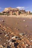 Fluss fließt unter die alte Stadt lizenzfreie stockfotografie