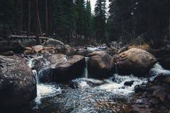 Fluss-Flusssteine Stockbild