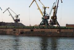 Fluss-Fracht-Hafen lizenzfreies stockbild