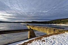 Fluss freezed im Winter Lizenzfreie Stockfotografie