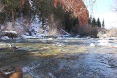 Fluss am Fuß der Klippe Stockfotos