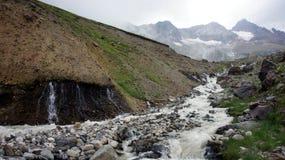 Fluss an größerem Kaukasus-Gebirgszug Lizenzfreies Stockfoto