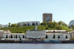 Fluss-Hafen in Nischni Nowgorod und in Fedorovsky-Damm Stockfotos