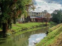 Fluss hinter alter Maschine arbeitet in Brno lizenzfreies stockbild