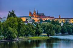 Fluss Hradcany und der Moldaus in der Nacht, Prag, Tschechische Republik Lizenzfreies Stockbild