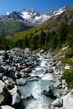Fluss im alpes Berg Lizenzfreie Stockbilder