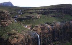 Fluss im Drakensberge lizenzfreies stockbild