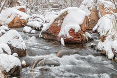 Fluss im Schneesturm Stockfotografie