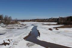 Fluss im Schneevorfrühling stockfoto