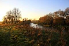 Fluss im Sonnenunterganglicht Lizenzfreie Stockfotos