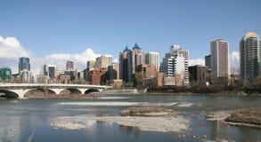 Fluss im Stadtzentrum gelegen Stockfotografie