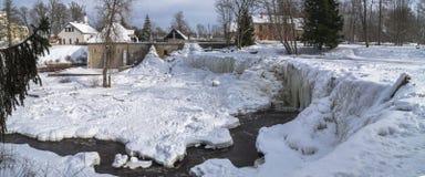 Fluss im Winter, gefrorener Wasserfall lizenzfreies stockbild