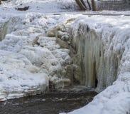 Fluss im Winter, gefrorener Wasserfall stockbild