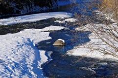 Fluss im Winter unter Schnee Stockbild