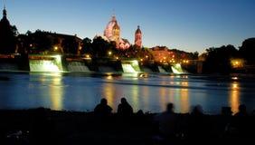 Fluss Isar bis zum Nacht Lizenzfreie Stockbilder