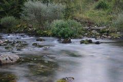 Fluss Iskretc Bulgarien lizenzfreie stockfotos