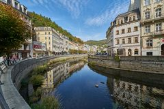 Fluss in Karlovy Vary, Tschechische Republik stockfotos