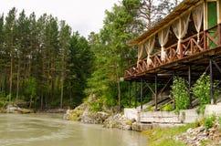 Fluss Katun in Altai-Bergen, hölzerne Terrasse über Fluss, schöner Wald Stockbilder