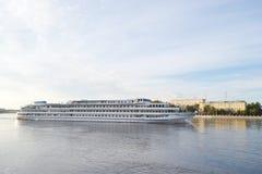 Fluss-Kreuzschiffsegeln auf dem Fluss Neva Stockfoto