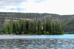 Fluss KRKA bei Visavac stockfotos
