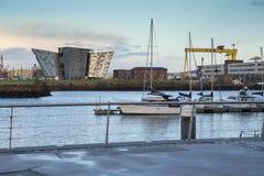 Fluss Lagan, Hafenviertel und titanisches Museum Belfast bei Sonnenuntergang Lizenzfreie Stockbilder
