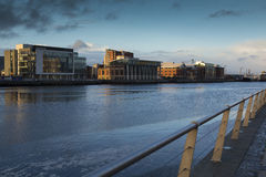 Fluss Lagan und das Hafenviertel Belfast bei Sonnenuntergang Lizenzfreie Stockbilder