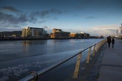 Fluss Lagan und das Hafenviertel Belfast bei Sonnenuntergang Lizenzfreies Stockbild