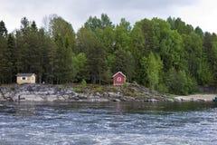 Fluss Lagen mit typischen Häusern Lizenzfreies Stockbild