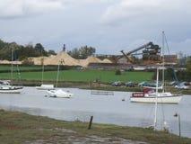 Fluss-Landschaft mit Bau Stockfoto