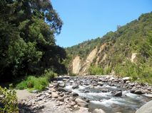 Fluss-Landschaftshügel lizenzfreie stockfotografie