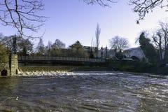 Fluss Leam im Winter - Pumpenraum/Jephson-Gärten, königlicher Leamington-Badekurort lizenzfreie stockbilder