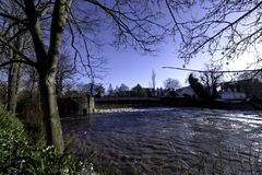 Fluss Leam im Winter - Pumpenraum/Jephson-Gärten, königlicher Leamington-Badekurort stockbilder