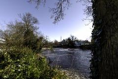 Fluss Leam im Winter - Pumpenraum/Jephson-Gärten, königlicher Leamington-Badekurort lizenzfreie stockfotografie