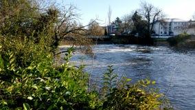 Fluss Leam im Winter - Pumpenraum/Jephson-Gärten, königlicher Leamington-Badekurort stockfotos