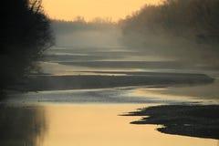 Fluss Lech-Schotterbanken am nebelhaften Morgen Stockfoto
