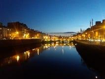 Fluss Liffey bis zum Nacht in Dublin, Irland lizenzfreie stockfotos