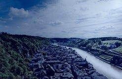 Fluss Maas in der belgischen Stadt von Dinant stockbilder